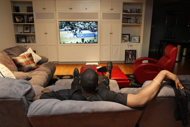 people watching too much tv Watching too much tv or sitting very close to it may make your eyes tired or give  you a headache – particularly if you are watching tv in the.